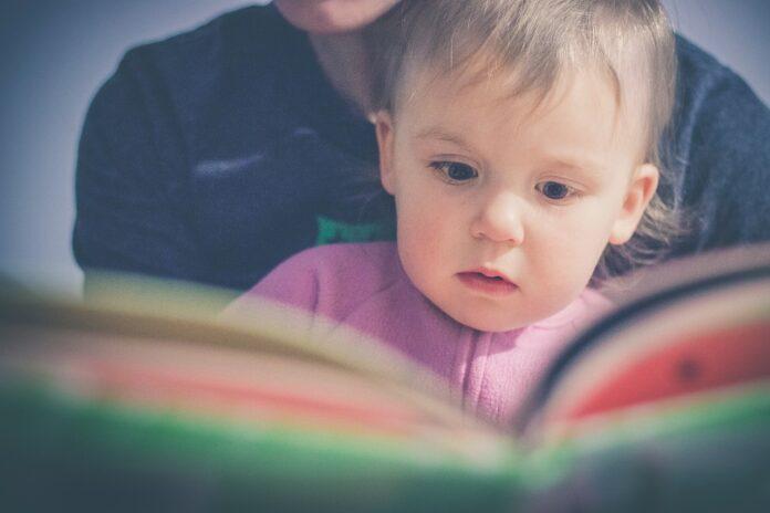 Od kiedy warto zacząć czytać dziecku bajki?