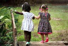 Trendy w modzie dziecięcej wiosna-lato 2020 - sprawdź, czego nie może zabraknąć w szafie Twojego dziecka